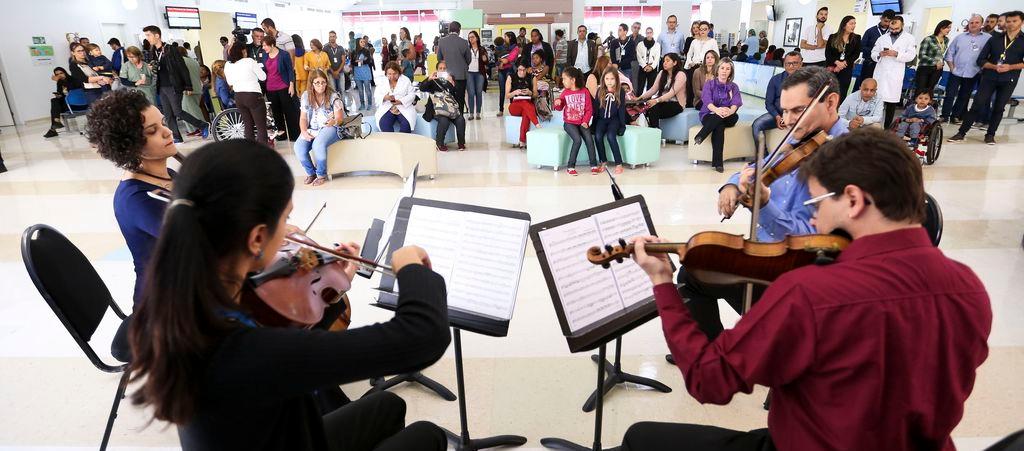 A Orquestra Sinfônica do Teatro Nacional se apresenta no Hospital da Criança de Brasília como parte do projeto Concertos da Saúde.