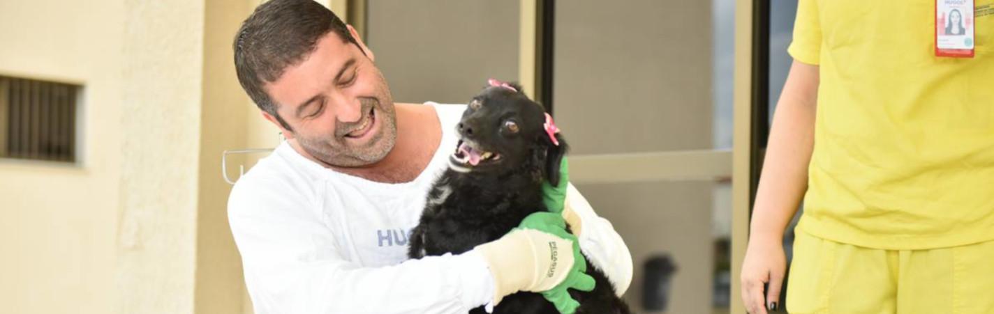 Paciente internado há 46 dias no HUGOL recebe visita de seus animais de estimação