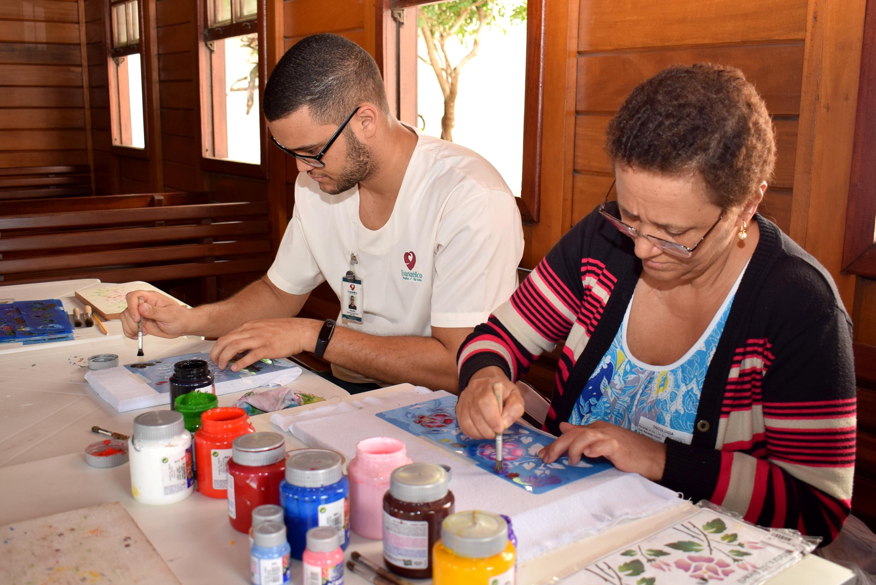 Pacientes de Oncologia e Nefrologia desenvolvem artesanato em trabalho voluntário