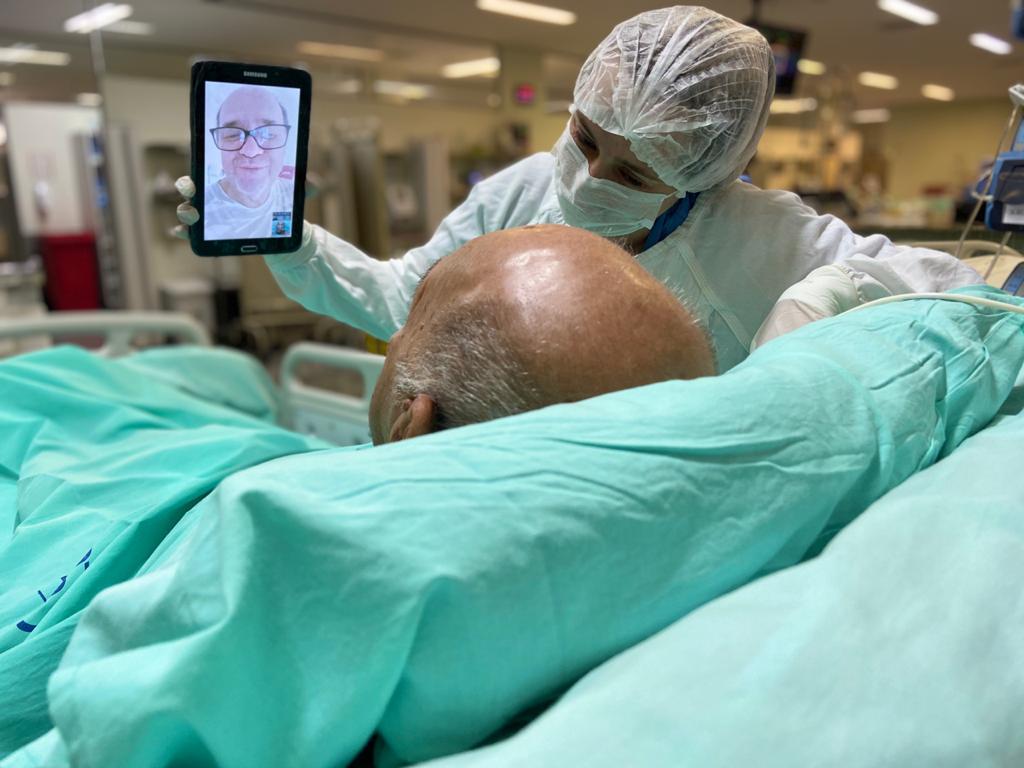 Pacientes internados na UTI conversam com familiares por chamadas de vídeo